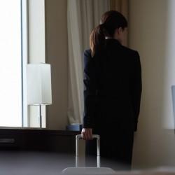 自宅での待機時間や出張時の移動時間は、労働時間に該当するのでしょうか?
